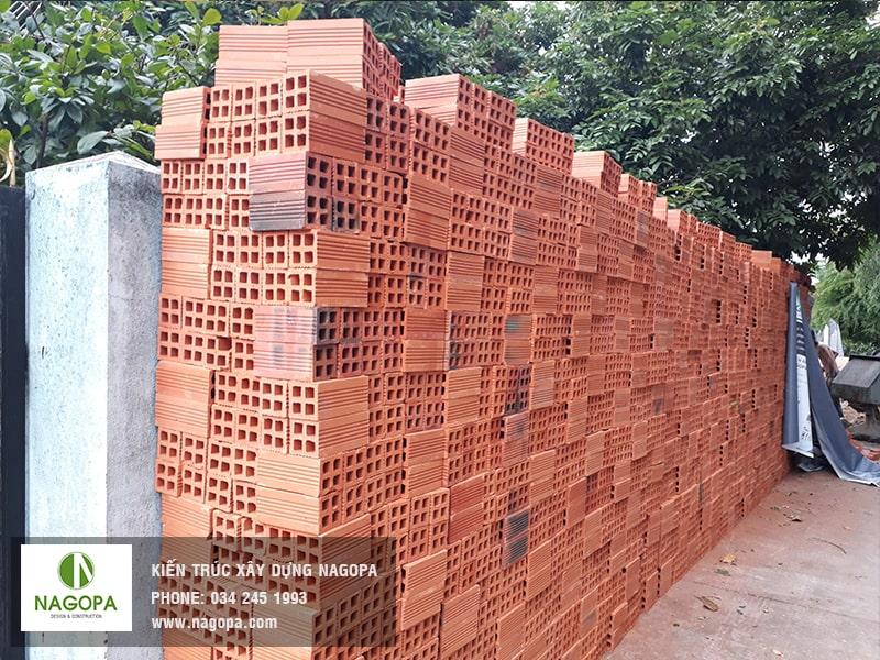 gạch được nhập về công trình tại tương bình hiệp