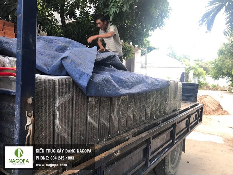 vận chuyển vật tư ngói đến công trình