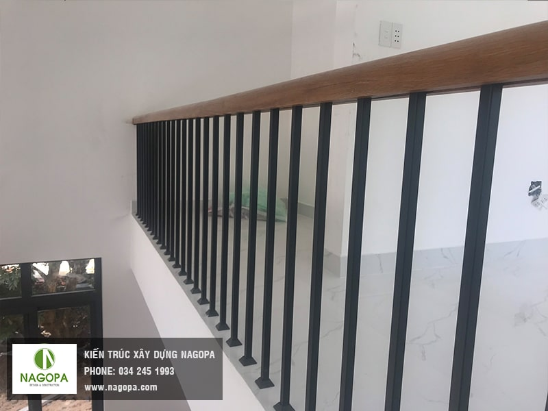 mẫu cầu thang sắt tay vịn gỗ