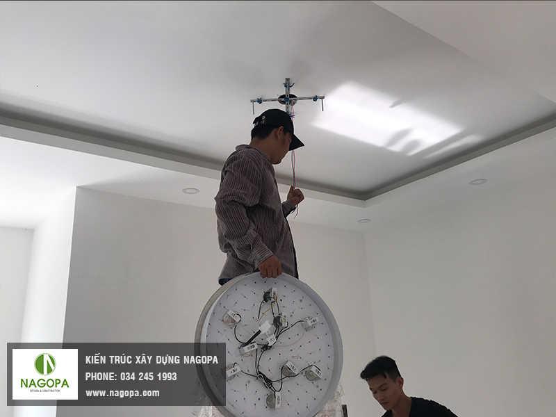 lắp đặt đèn trùm trang trí nhà biệt thự thủ dầu một 01