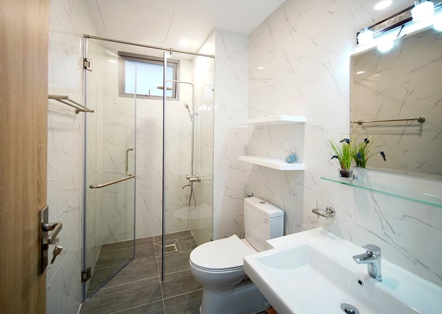 phòng tắm ốp gạch trắng vân mây