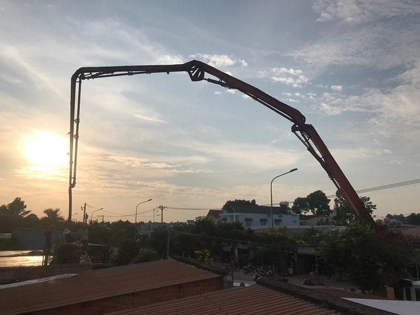 thi công đổ bê tông tươi ngoài công trình 1